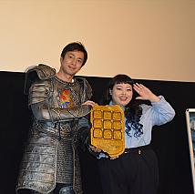 徳井義実(左)・渡辺直美(右)