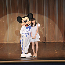 ミッキーマウス(左)・志田未来(右) (C) 2015 Disney Enterprise,inc. All Rights Reserved.
