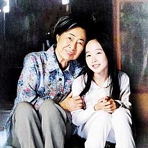 中村玉緒(左)・本田望結(右) (C)2015『ポプラの秋』製作委員会
