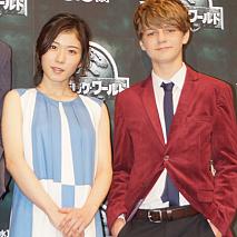 松岡茉優(左)、タイ・シンプキンス(右)