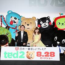 有吉弘行さん(左)、小嶋陽菜さん(右) (C)Universal Pictures