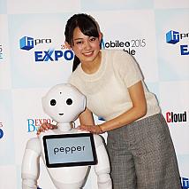Pepper(左)・吉本実憂(右)