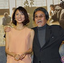 小島梨里杏(左)、中村嘉葎雄(右)