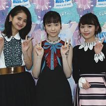 繁藤冬佳、島崎遥香、日出有香 (C)AKS