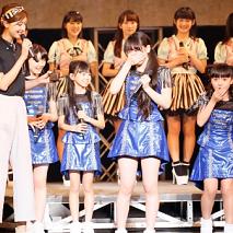 審査員を務めた熊井友理奈(左)から表彰されるベストパフォーマンス賞の二人。