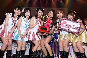 優勝したCopiaとアンジュルム・和田彩花(中央)。