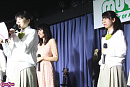 卒業発表する清水花梨(左端)