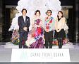 (左から)グランフロント大阪事務局長、足立梨花、フラワーアーティスト木村貴志、空間デザイナー長谷川喜美