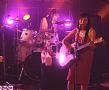 ドラムを演奏しながらボーカルも務めた田﨑。