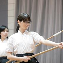 薙刀の稽古をする西野七瀬。