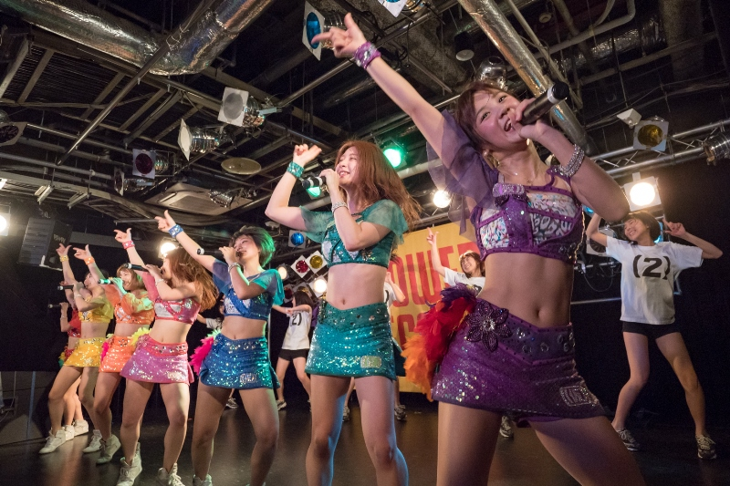 アップアップガールズ(仮)が武道館Blu-ray発売イベント 妹分(2)メンバーとともに5/9発売新曲を熱唱