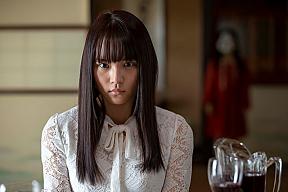 映画『黒い乙女 Q』場面写真より浅川梨奈。