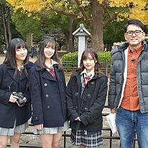 『ハロプロ!TOKYO 散歩』より。(左から)小片リサ、井上玲音、稲場愛香、ナイツ土屋