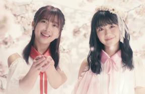 『忘れ桜』MVより、(左から)渡邉幸愛、阿部夢梨