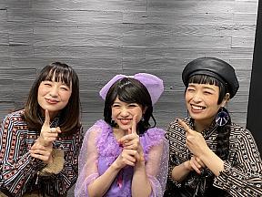 新井ひとみ(中央)、チャラン・ポ・ランタン