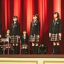 卒業証書授与式のラスト、センターで礼をする中等部卒業生の4人  左から吉田爽葉香・森萌々穂・藤平華乃・有友緒心