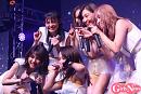 東京パフォーマンスドール 配信カメラにアピールするメンバーたち。