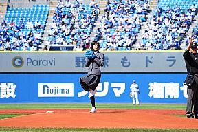 始球式に登場した志田彩良 (C)YDB